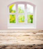 Svuoti il tavolo da cucina di legno rustico pulito sfregato immagine stock libera da diritti