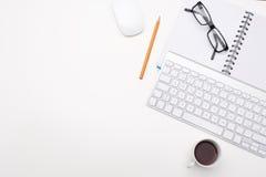 Svuoti l'ufficio bianco dello scrittorio con il caffè e la tastiera della matita di vetro Immagine Stock