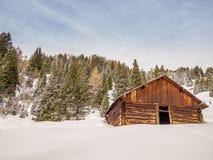 Svuoti la capanna del ceppo nelle alpi svizzere - 3 Immagini Stock Libere da Diritti
