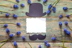 Svuoti la carta di carta con il cappello del cartone e baffi e fiore blu Fotografie Stock Libere da Diritti