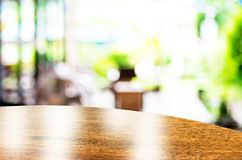 Svuoti la cima della tavola rotonda a fondo vago caffetteria con bok Immagine Stock Libera da Diritti