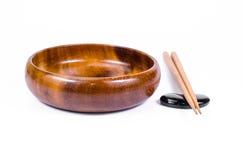 Svuoti la ciotola di legno con i bastoncini su fondo bianco Fotografia Stock