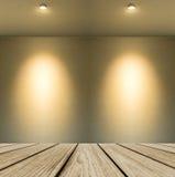 Svuoti la piattaforma di legno di prospettiva con l'ombra di lampada dalla piccola lampada sul fondo bianco astratto della parete Fotografia Stock Libera da Diritti
