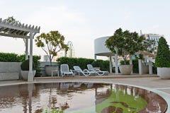 Svuoti la sedia di riposo vicino alla piscina dei bambini in hotel immagini stock