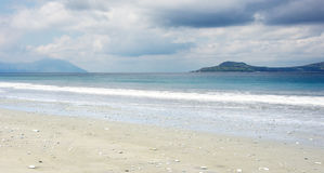 Svuoti la spiaggia di sabbia bianca con le piccole pietre e le onde di oceano blu della radura al Flores di Bajawa Ruting Fotografia Stock Libera da Diritti