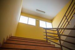 Svuoti la stanza arancio con la scala, copi lo spazio fotografia stock