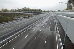 Svuoti la strada principale grigia, uscente all'orizzonte Fuoco molle Fotografia Stock