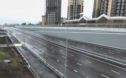 Svuoti la strada principale grigia, uscente all'orizzonte Fuoco molle Fotografie Stock