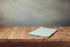 Svuoti la tavola di legno della piattaforma con la tovaglia sopra il fondo di lerciume Perfezioni per l'esposizione del montaggio Immagine Stock
