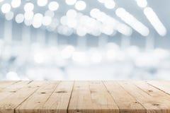 Svuoti la tavola di legno e sottragga l'esposizione vaga del fondo di immagine Immagini Stock Libere da Diritti