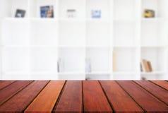Svuoti la tavola di legno ed offuschi il fondo dell'estratto davanti alla m. Immagini Stock
