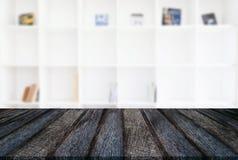 Svuoti la tavola di legno ed offuschi il fondo dell'estratto davanti alla m. Fotografia Stock Libera da Diritti