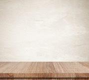 Svuoti la tavola di legno sopra il fondo della parete del cemento di lerciume, il prodotto d Fotografie Stock Libere da Diritti