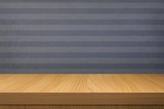 Svuoti la tavola di legno sopra la carta da parati blu d'annata con le bande Fotografia Stock