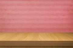 Svuoti la tavola di legno sopra la carta da parati d'annata con le bande Immagini Stock