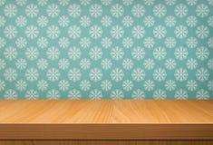 Svuoti la tavola di legno sopra la carta da parati d'annata con un modello di neve Fotografia Stock Libera da Diritti