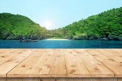 Svuoti la tavola di legno in un sole per la disposizione o il montaggio del prodotto Immagini Stock