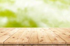 Svuoti la tavola di legno in un sole per la disposizione o il montaggio del prodotto Fotografia Stock Libera da Diritti