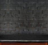 Svuoti la tavola di marmo nera ed il muro di mattoni nero bianco nel backgroun Immagini Stock Libere da Diritti