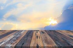 Svuoti la tavola o la plancia di legno con i raggi di sole o i raggi di sole della luce del sole dal fondo delle nuvole Immagini Stock