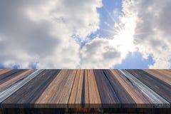 Svuoti la tavola o la plancia di legno con i raggi di sole o i raggi di sole della luce del sole dal fondo delle nuvole Fotografie Stock Libere da Diritti