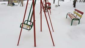 Svuoti le catene metalliche dell'oscillazione nell'orario invernale con neve video d archivio