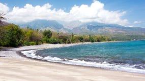 Svuoti le onde di oceano blu bianche della radura e della spiaggia di sabbia al Flores Immagini Stock