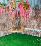 Svuoti le oscillazioni in fiori fotografia stock