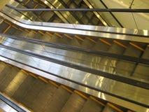 Svuoti le scale elettriche, vista aerea delle scale mobili automatiche nel moto e senza gente Immagini Stock Libere da Diritti