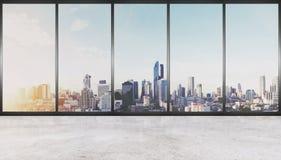 Svuoti lo spazio interno, il pavimento di calcestruzzo con la parete di vetro e le costruzioni moderne nella vista della città fotografie stock