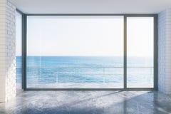Svuoti lo stile del sottotetto con la vista concreta di oceano e del pavimento Fotografia Stock