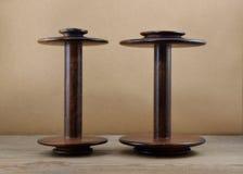 Svuoti parallelamente le bobine di legno della ruota di filatura once di 8 e di 4 once Fotografia Stock Libera da Diritti