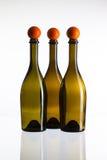 Svuoti tre bottiglie e palle da golf di vino Immagine Stock