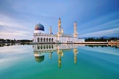 Sväva moskén i den Kota Kinabalu staden i Malaysia Arkivbilder