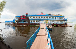 Sväva restaurangen Scriabin på Volgaet River i sommaren da Arkivfoto