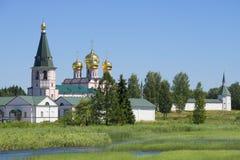 svyatoozersky Iversky的修道院的看法一个晴天在7月 Valdai,诺夫哥罗德地区 免版税图库摄影