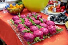 Svyokolky -包括鸡蛋的传统俄国盘冠上马约角和装饰在甜菜形状和颜色 图库摄影