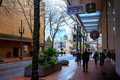 SW Yamhill St obok pioniera kwadrata w w centrum Portland Zdjęcia Stock