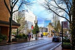 SW Yamhill St obok pioniera kwadrata w w centrum Portland Obraz Royalty Free