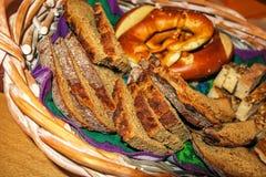 Swabian brödkorg för kvällsmål Arkivbild