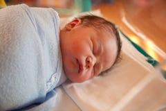 Swaddled neugeborenes Schätzchen stockfotografie