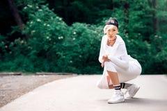 Swag atrakcyjna żeńska dziewczyna pozuje z lizakiem w naturze Zdjęcia Royalty Free
