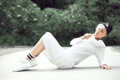 Swag atrakcyjna żeńska dziewczyna pozuje z lizakiem w naturze Fotografia Royalty Free