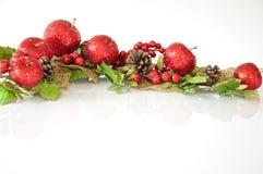 Swag Glittery de la Navidad de manzanas y de conos del pino imagen de archivo