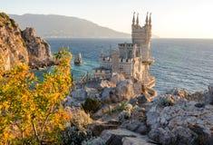 Swallow&en x27; s-redet är en dekorativ slott som lokaliseras på Gaspra, en liten brunnsortstad mellan Yalta och Alupka, i Krim arkivfoton