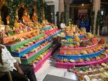 Swaminarayn-Tempel Himatnagar-Bonbonfrüchte usw. lizenzfreies stockfoto