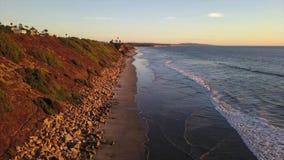 SWAMIS ressaca e cenas Encinitas Califórnia da praia