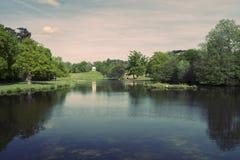 Swan湖纪念碑5月柔和的淡色彩 免版税库存图片