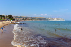 Swanage海滩和海岸多西特有波浪的英国英国在岸 库存图片