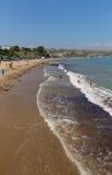 Swanage海滩多西特有波浪和游泳者的英国英国 免版税库存图片